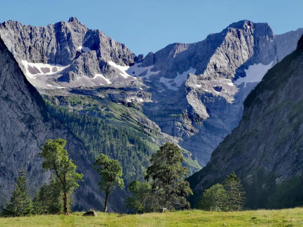 Sehensuchtsort Ahornboden im Karwendel - mit den steilen Felswänden