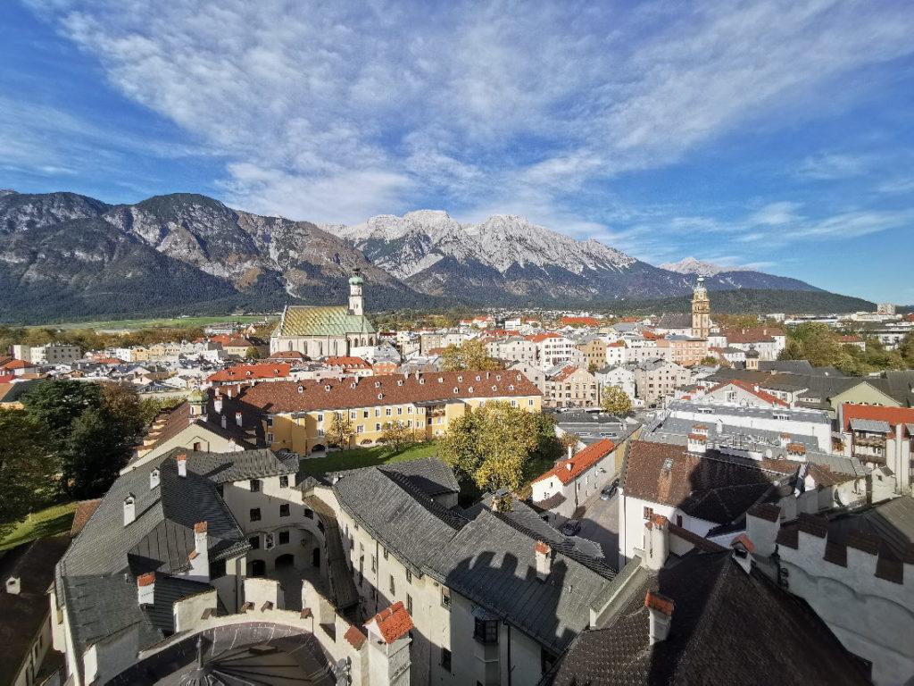 Der Blick über die schöne Stadt Hall in Tirol mit dem Karwendel