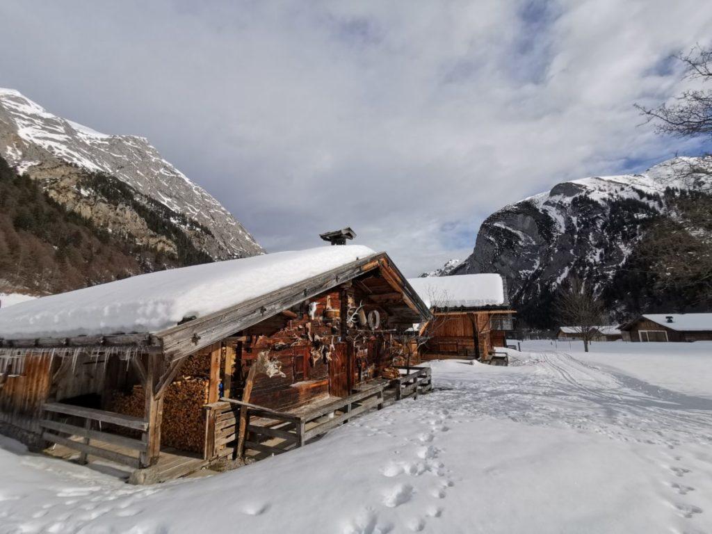 Bei den urigen Hütten der Engalm endet die Karwendelloipe