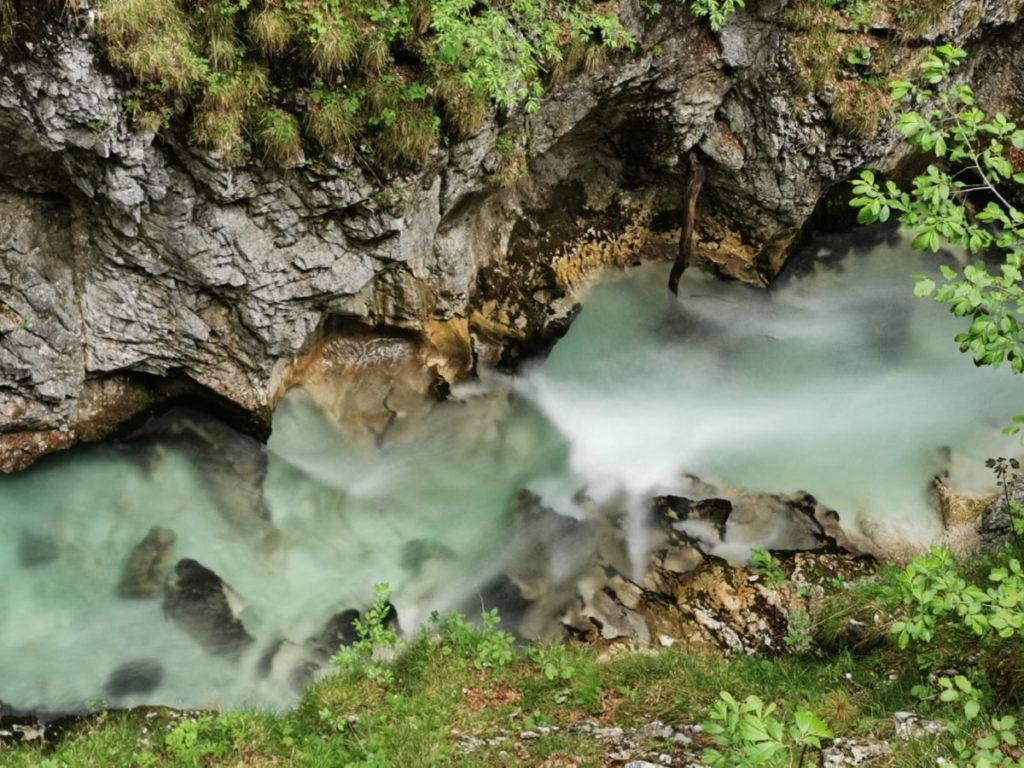 Rauschendes Wasser in den Bergen: Die Leutascher Ache