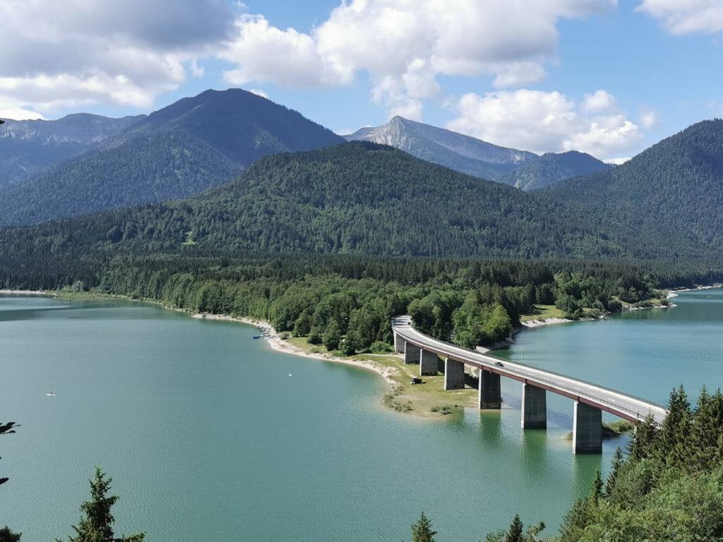 Der Sylvensteinsee mit dem Karwendel